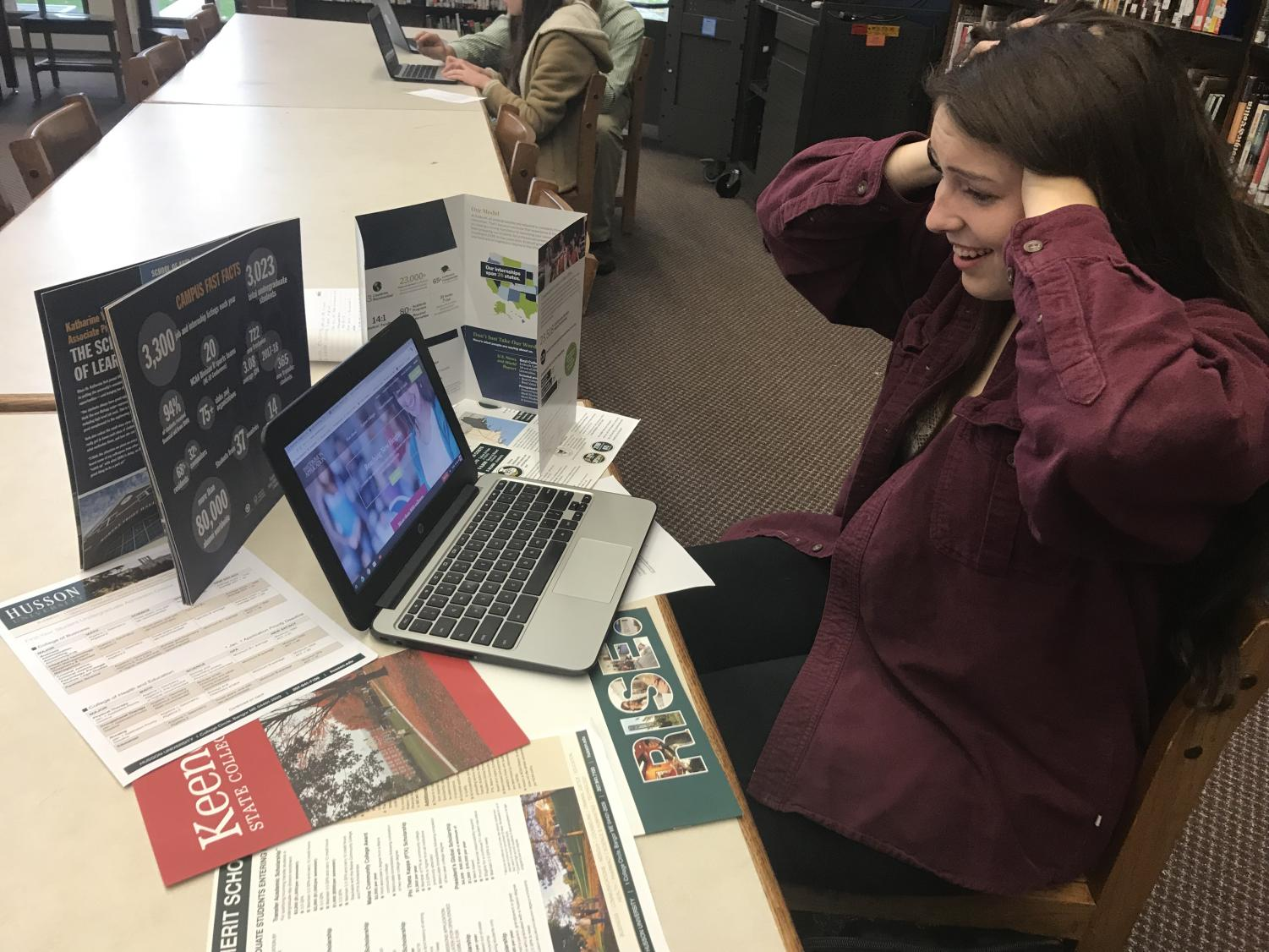 Senior Kelley Frithsen filling out the Common Application in the Learning Commons.