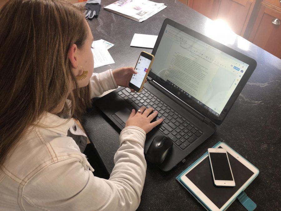 Freshman+Emily+Jacobs+multitasking+her+devices