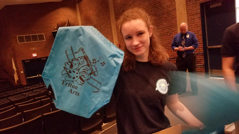 Junior Marcella Hubbard-Brucher passing out Triton Arts string bags as the Triton District Arts Festival