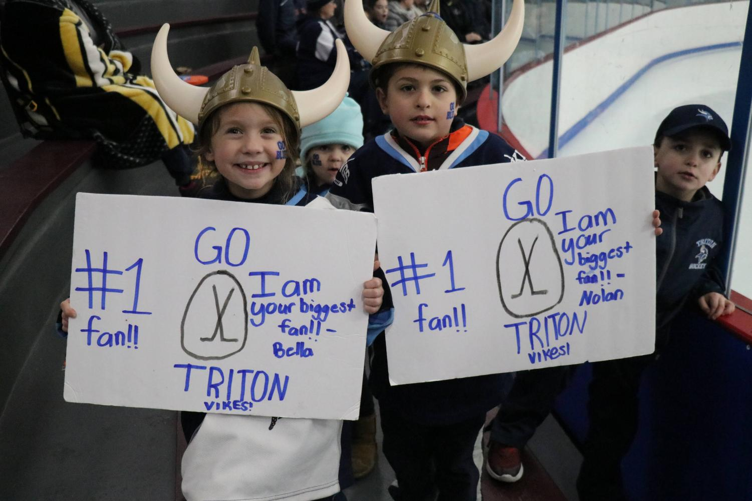 A+pair+of+young+Vikings+fans+made+custom+signs+for+their+team.