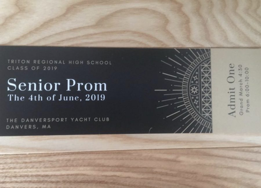 Seniors+are+excitedly+purchasing+prom+tickets+designed+by+senior+Allie+Hawkes.+